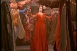 Julieta surge vestida de vermelho