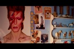 Quarto repleto de pôsteres de David Bowie