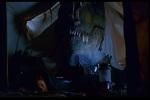 T-Rex cheira a blusa pendurada na cabana