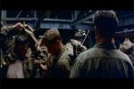 Câmera passeia pelos soldados no navio