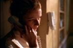 Emily atende o telefone