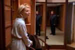 Steven surge no espelho enquanto Emily se veste