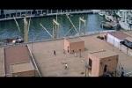 Bond enfrenta diversos japoneses no porto de Kobe