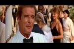 Roger Moore se diverte e relaxa